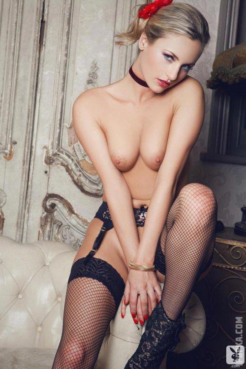 Сексуальная голая девушка в чулках в сеточку повернулась попкой фото
