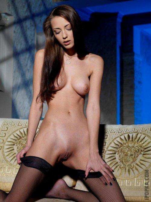 Худенькая голая девушка в чулках без трусиков и ее эротическое фото