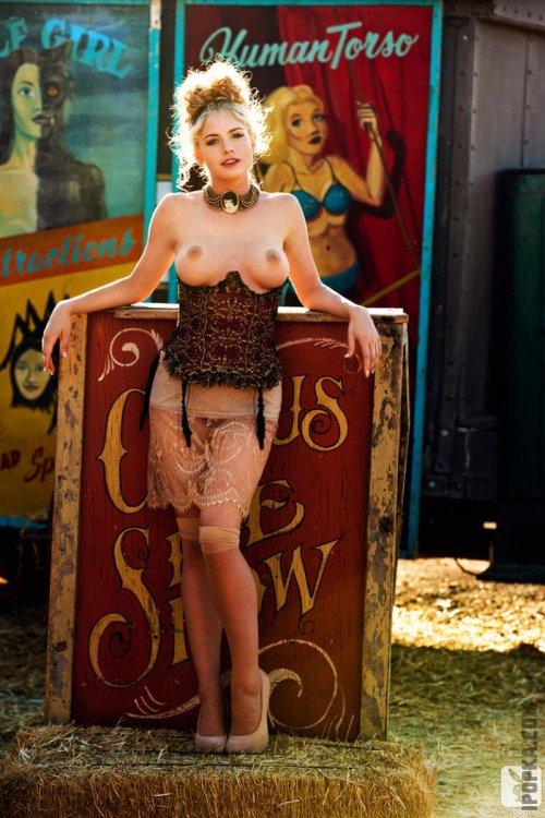 Голая блондинка в красных чулках и ее красивое женское тело
