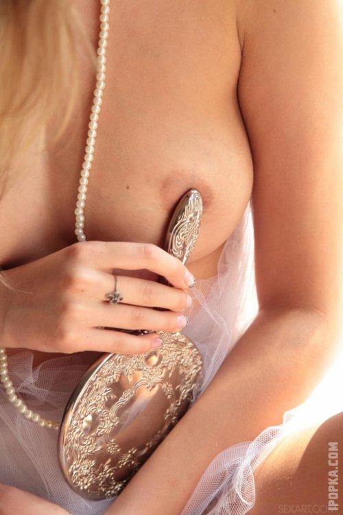 Голая невеста ласкает соски и мастурбирует лысую письку