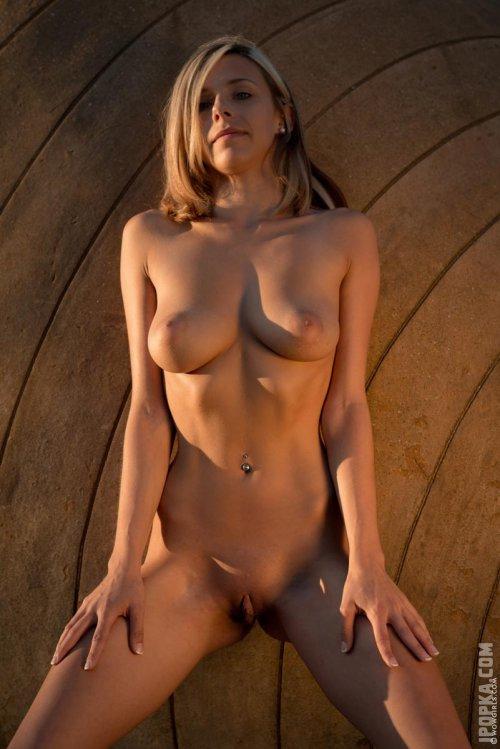 Очень красивое и сексуальное обнаженное тело молодой девушки