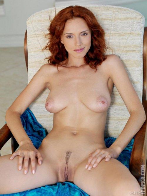 Соблазнительная сисястая женщина с рыжими волосами ню фото