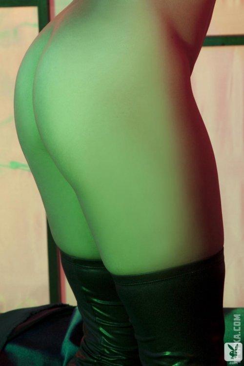 Сексуальная азиатка позирует голая для журнала playboy
