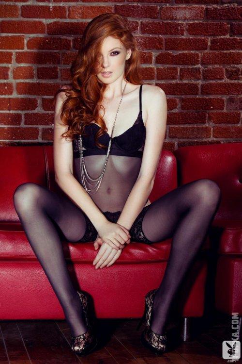 Красивая голая девочка с темно рыжими волосами и черными чулками