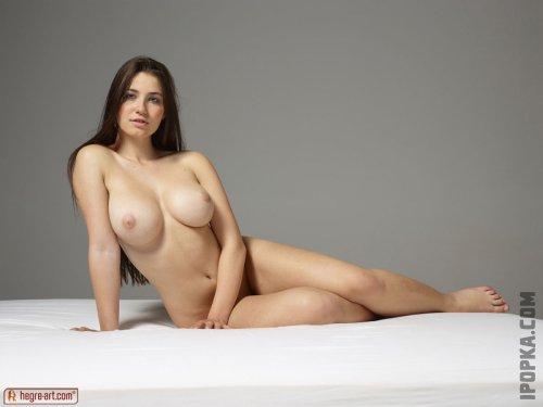 Девка показала свои большие натуральные сиськи и тело