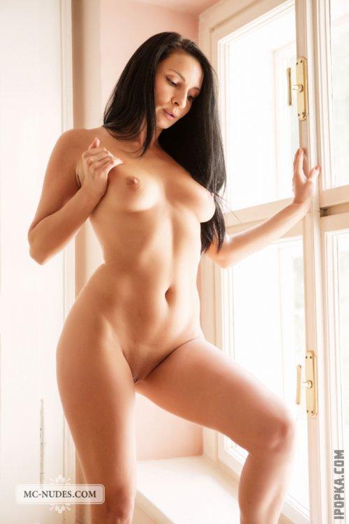 Ухоженная зрелая женщина с красивым телом смотреть