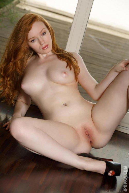 Натуральная рыжая голая девушка с пышной задницей и грудью