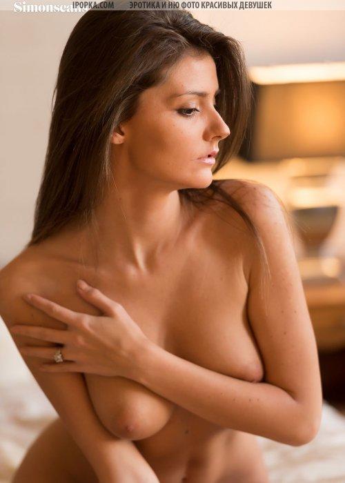 Голая красотка раздевается и снимается голая раком в постели