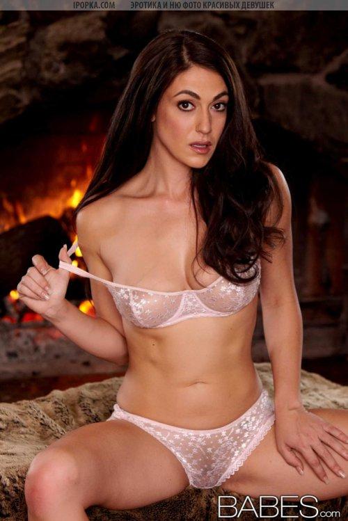 Сексуальная голая женщина совсем без нижнего белья