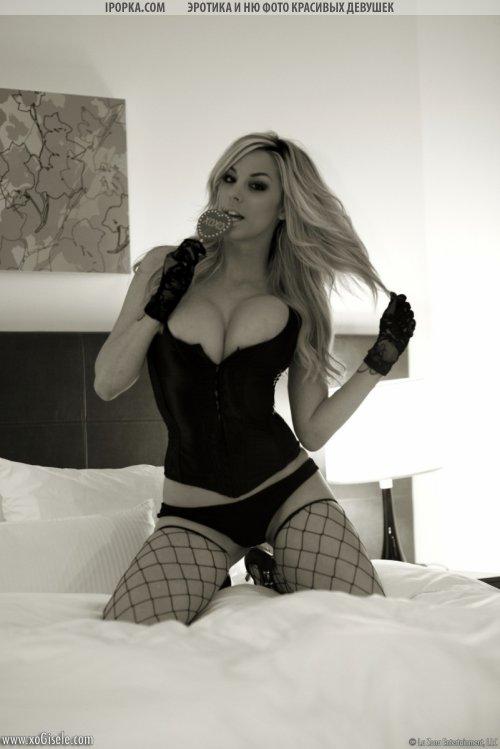 Черно белая эротика в красивом нижнем белье на кровати