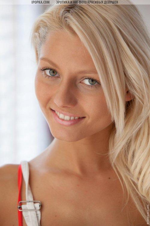 Сладкая киска молоденькой девушки блондинки с горячим телом