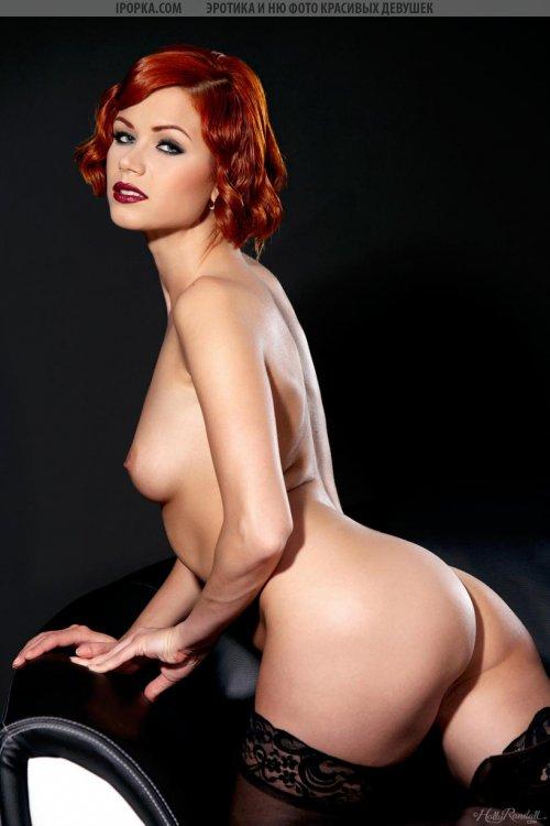 Рыжая красотка с обнаженной грудью и попкой в чулках
