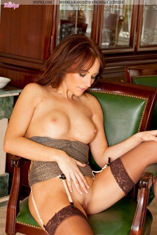Ухоженная женщина в чулках показывает красивую пизду