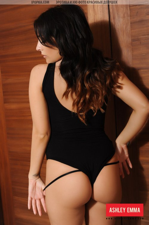 Большие красивые сиськи зрелой брюнетки в черном белье