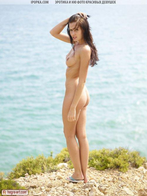 Голая девушка на берегу у реки красивое ню