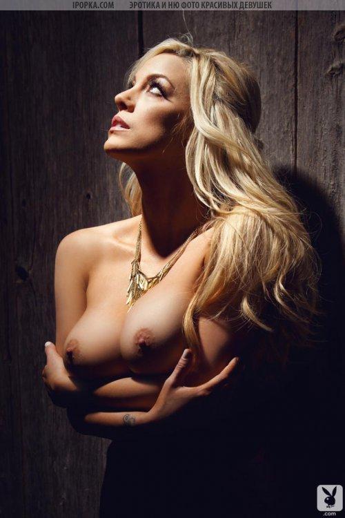 Красивая девочка из плейбоя показывает красивую грудь и задницу