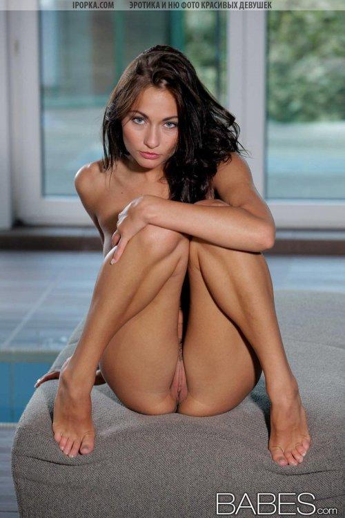 Реально красивая голая девушка с офигенными сиськами и попкой