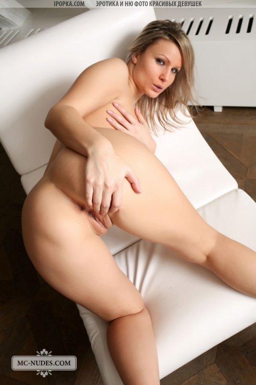 Очень сексуальная голая женщина красиво позирует на фото