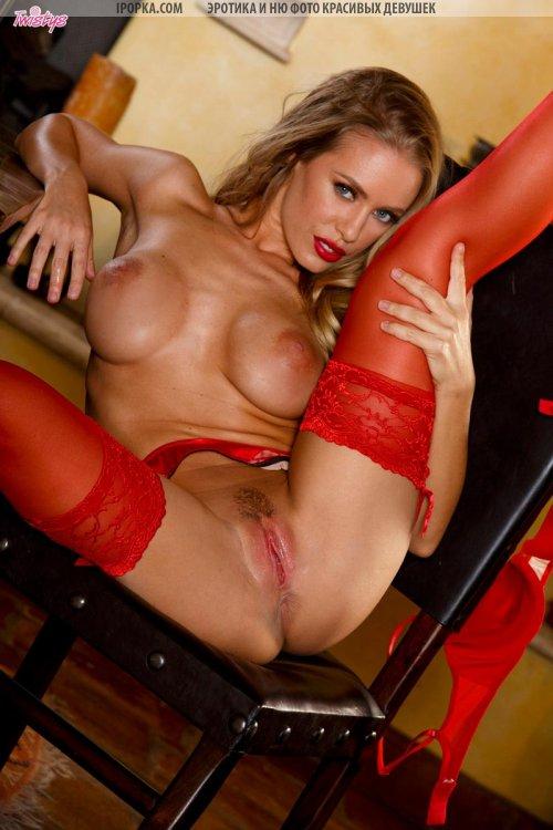Шикарная девушка блондинка в красных чулках с голой киской