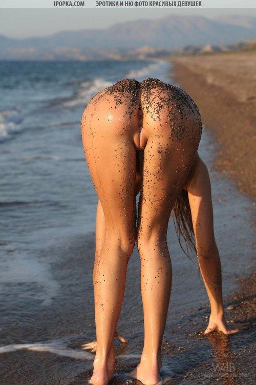 Фото эротика юной голой девушки на берегу реки сняла купальник