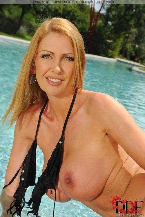Оголила большие груди красивая зрелая дама на отдыхе