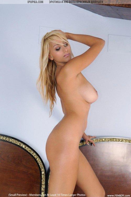 Сисястая девушка блондинка красиво сняла белое кружевное белье