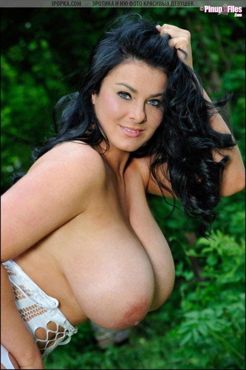 На фото огромные натуральные груди пышной девушки в нижнем белье