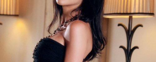 Большие груди и гладко выбритая киска шикарной женщины
