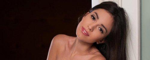 Очень красивая молодая брюнетка голая в черных колготах супер фото