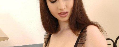 Дама страстно мнет большие натуральные груди в масле