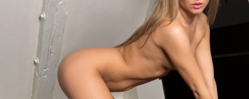 Девушка с шикарным обнаженным телом ласкает пальчиком клитор