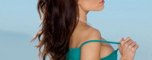 Очень красивая сисястая девочка брюнетка снимает стринги с попки