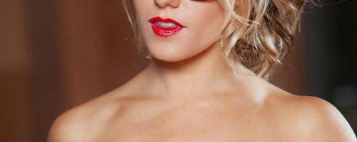 Грудастая голая секретарша в очках и чулках показывает киску