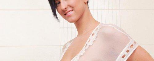 Шикарная грудь и мокрая женская писька в душе