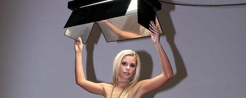 Идеальная эротика шикарная блондинка играет с голой киской