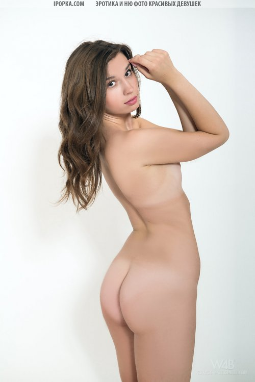 Симпатичная молодая телка без нижнего белья на фото
