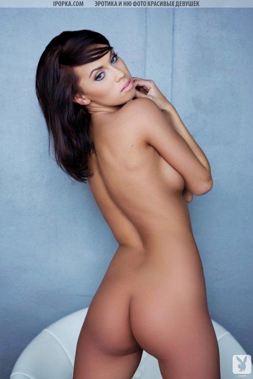 Стройная полностью голая девушка в высоких женских сапогах