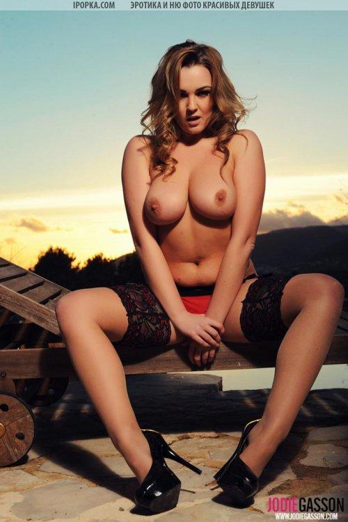 Стриптиз сочной голой девушки в чулочках на закате