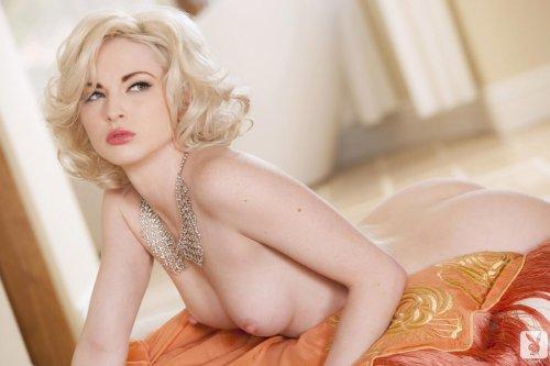 Эротика голой девушки блондинки в ретро стиле pinup girl