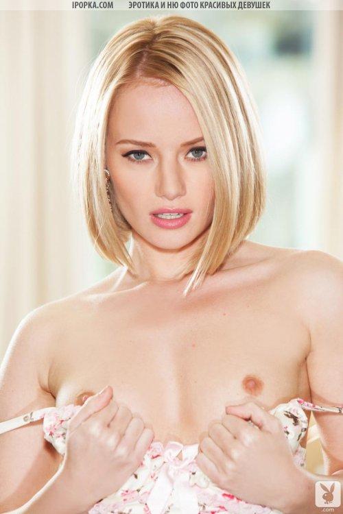 Сексуальная голенькая блондинка с отличной задницей