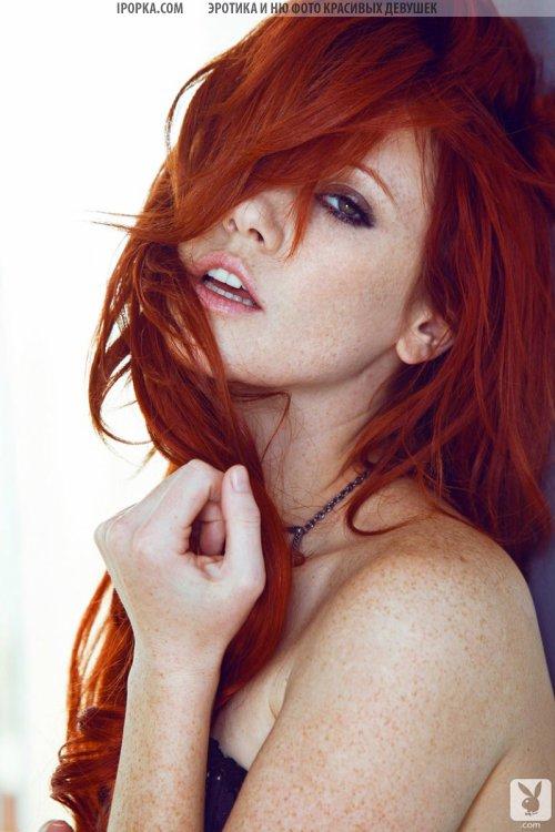 Красивая рыжая модель play boy голая с нежной белой кожей на фото