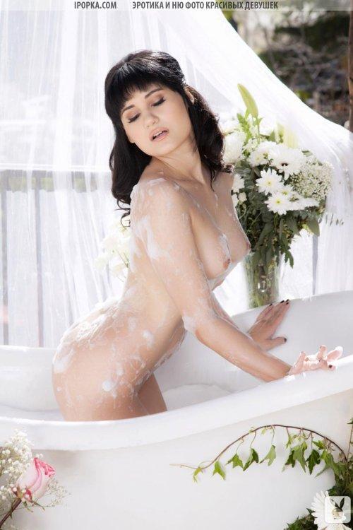 Голая мокрая попка брюнетки красивая эротика в ванной