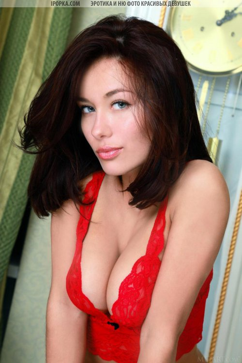 Красивая женская грудь и нежные розовые соски у девушки под лифчиком
