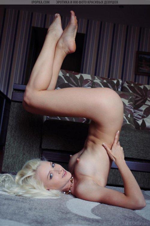 Хрупкая девушка блондинка голая позирует в развратных позах
