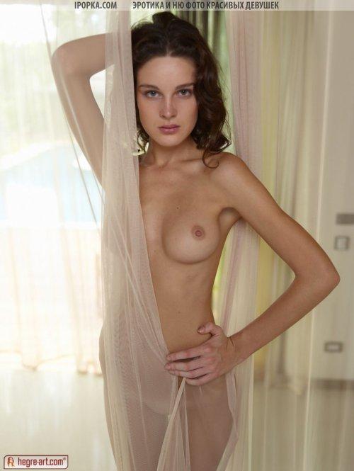 Молодая девушка и натуральная красота обнаженного женского тела
