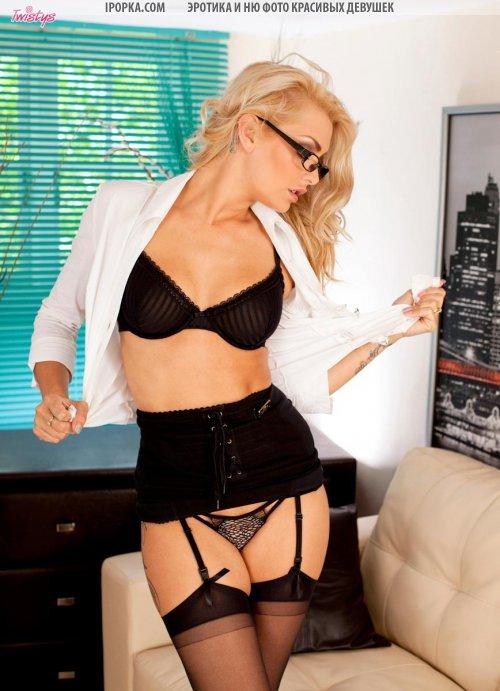 Фото голой красивой секретарши в очках снято в кабинете у босса