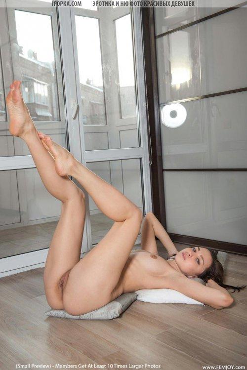 Эротика юной красивой девушки без нижнего белья и трусиков