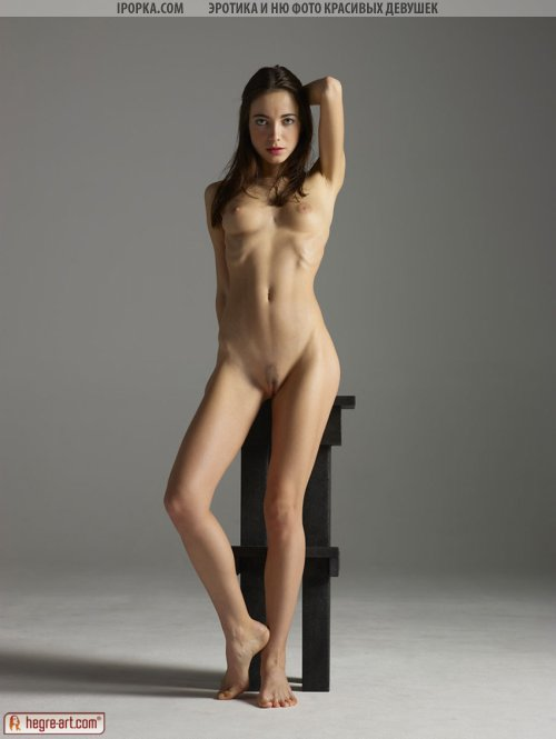 Фото эротика красивой голенькой девушки на стуле