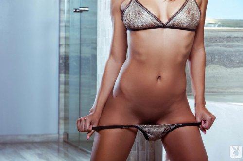 Шикарная голая мулатка эротично принимает ванну