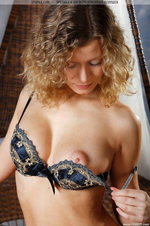 У девушки модели набухли сосочки на красивых сиськах